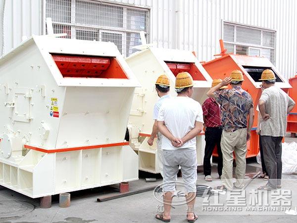 客户参观并购买反击锤式碎石机